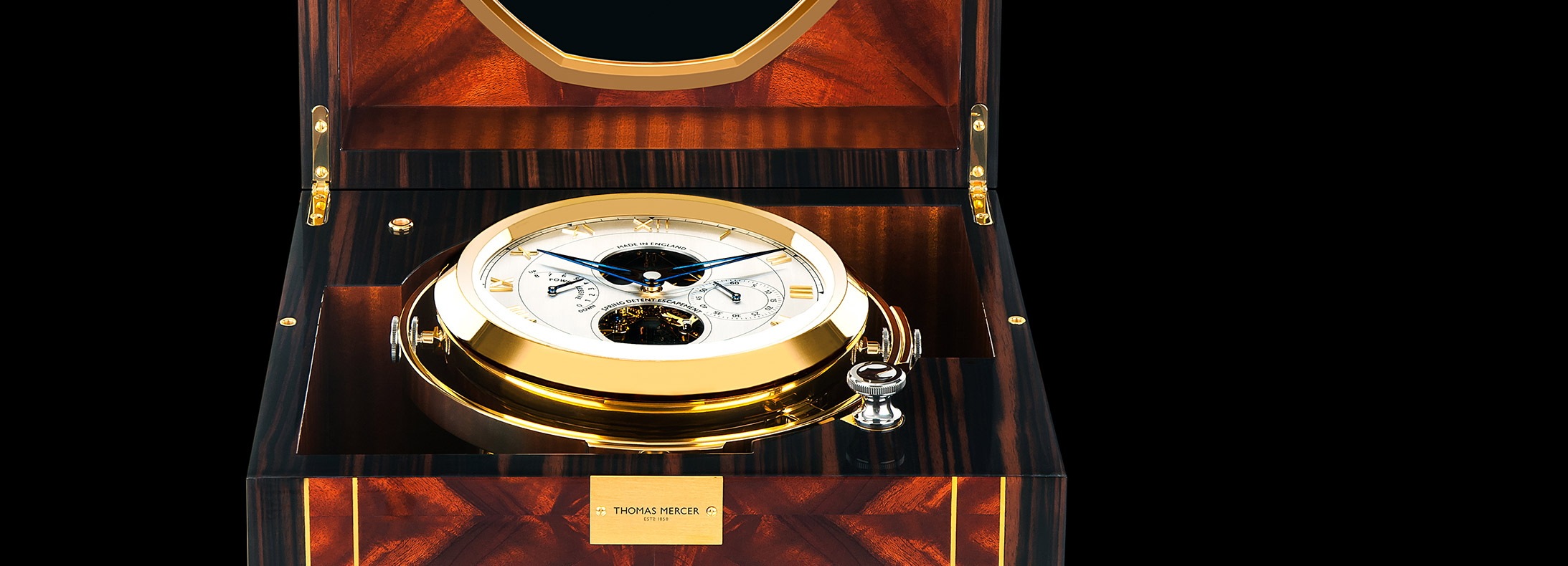 Similarly to the dial of a watch, the elements of the mechanism are on show